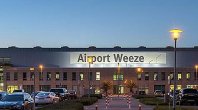 Auftragswechsel bei der Fluggastkontrolle am Flughafen Weeze (Niederrhein)